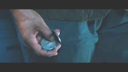 Primo piano dell'orologio che Serizawa stringe nella mano.